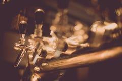 Διανομέας μπύρας σε ένα μπαρ στοκ φωτογραφία