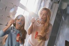 Διανομή του ίδιου χόμπι Μητέρα και κόρη που έχουν τη διασκέδαση με το σαπούνι bub Στοκ εικόνες με δικαίωμα ελεύθερης χρήσης