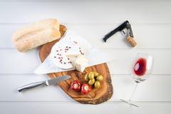 Διανομή του κρασιού ελιών τυριών ζαμπόν κρέατος πιατελών Στοκ Φωτογραφία