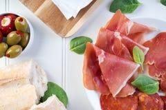 Διανομή του κρασιού ελιών τυριών ζαμπόν κρέατος πιατελών Στοκ Εικόνα