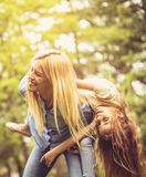 Διανομή των καλών χρόνων σε ένα χρυσό απόγευμα στοκ εικόνες