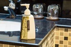 Διανομείς πλυσίματος χεριών στο δωμάτιο λουτρών Στοκ Φωτογραφίες