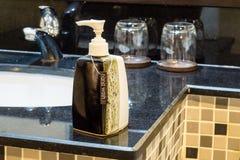Διανομείς πλυσίματος χεριών στο δωμάτιο λουτρών Στοκ Εικόνα