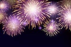 Διανυσματικά λαμπρά ζωηρόχρωμα πυροτεχνήματα στο υπόβαθρο νυχτερινού ουρανού Στοκ Εικόνα
