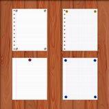 Διανυσματικά φύλλα εγγράφου που συνδέονται από τα κουμπιά καρφιτσών με τον ξύλινο τοίχο, ρεαλιστική απεικόνιση διανυσματική απεικόνιση