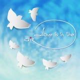 Διανυσματική απεικόνιση με τα άσπρα πουλιά σκιαγραφιών στο υπόβαθρο μπλε ουρανού Στοκ εικόνα με δικαίωμα ελεύθερης χρήσης