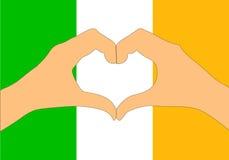 Διανυσματική απεικόνιση της σημαίας και των χεριών της Ιρλανδίας που κάνει μια μορφή καρδιών Στοκ Εικόνα