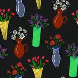 Διανυσματική απεικόνιση των ζωηρόχρωμων βάζων με το άνευ ραφής σχέδιο λουλουδιών Στοκ Εικόνες