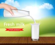 Διανυσματική ρεαλιστική απεικόνιση, υπόβαθρο με το χέρι που κρατά ένα μπουκάλι γυαλιού γάλακτος και που χύνει το γάλα Στοκ εικόνα με δικαίωμα ελεύθερης χρήσης