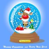 Διανυσματική σφαίρα χιονιού Χριστουγέννων: ελάφια στο καπέλο santa και γενειάδα με τα μεγάλα δώρα τσαντών στο μπλε υπόβαθρο κλίση Στοκ Φωτογραφίες