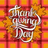 Διανυσματική φράση εγγραφής χαιρετισμού ημέρας των ευχαριστιών - ευτυχής ημέρα των ευχαριστιών - στο υπόβαθρο φθινοπώρου θαμπάδων Στοκ εικόνες με δικαίωμα ελεύθερης χρήσης