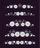 Διανυσματικοί διαιρέτες κειμένων με την άσπρη σφαίρα Χριστουγέννων και γκρίζο snowflake στοκ εικόνες