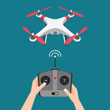 Διανυσματικός πετώντας κηφήνας με τη κάμερα και τον ελεγκτή Στοκ φωτογραφία με δικαίωμα ελεύθερης χρήσης