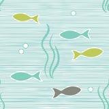 Διανυσματικό άνευ ραφής σχέδιο θάλασσας με τις μπλε και άσπρα horisontal γραμμές και τα ψάρια ελεύθερη απεικόνιση δικαιώματος