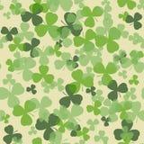 Διανυσματικό άνευ ραφής σχέδιο ημέρας του ST Πάτρικ Πράσινα φύλλα τριφυλλιού στο άσπρο ή μπεζ υπόβαθρο Στοκ Φωτογραφία