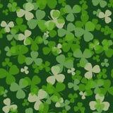 Διανυσματικό άνευ ραφής σχέδιο ημέρας του ST Πάτρικ Φύλλα πράσινου και άσπρου τριφυλλιού στο σκοτεινό υπόβαθρο Στοκ Φωτογραφία