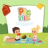 Διανυσματικό έμβλημα πικ-νίκ Τα παιδιά που κάθονται στον κήπο και τρώνε μερικά φρούτα ελεύθερη απεικόνιση δικαιώματος