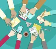 Διανυσματικό επίπεδο σχέδιο επιχειρησιακής συνεδρίασης, χέρια επιχειρηματιών στην εργασία γραφείων στοκ εικόνα