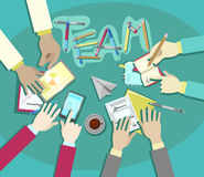 Διανυσματικό επίπεδο σχέδιο συνεδρίασης των επιχειρησιακών ομάδων, χέρια επιχειρηματιών στην εργασία γραφείων Στοκ Εικόνες