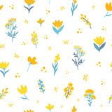 Διανυσματικό συρμένο χέρι floral άνευ ραφής σχέδιο Λουλούδια στα κίτρινα και μπλε χρώματα στο άσπρο υπόβαθρο Στοκ Φωτογραφίες