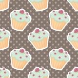 Διανυσματικό σχέδιο κεραμιδιών με τα cupcakes και τα σημεία Πόλκα στο καφετί υπόβαθρο Στοκ Εικόνα