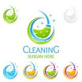 Διανυσματικό σχέδιο λογότυπων εγχώριων υπηρεσιών καθαρισμού, Eco φιλικό με τη λαμπρή σκούπα και την έννοια κύκλων ελεύθερη απεικόνιση δικαιώματος