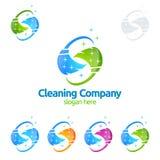 Διανυσματικό σχέδιο λογότυπων υπηρεσιών καθαρισμού, Eco φιλικά με τη λαμπρή σκούπα και έννοια κύκλων που απομονώνεται στο άσπρο υ ελεύθερη απεικόνιση δικαιώματος