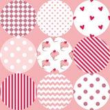 Διανυσματικό σχέδιο κεραμιδιών με τα σημεία Πόλκα, cupcakes και λωρίδες τρεκλίσματος στο ρόδινο υπόβαθρο Στοκ Εικόνες