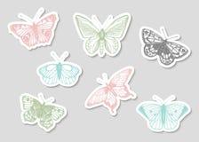 Διανυσματικό σύνολο συρμένων χέρι γραπτών αυτοκόλλητων ετικεττών με τις πεταλούδες ελεύθερη απεικόνιση δικαιώματος