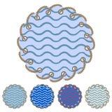 Διανυσματικό σύνολο στρογγυλών αυτοκόλλητων ετικεττών και ετικετών με τα κύματα θάλασσας απεικόνιση αποθεμάτων