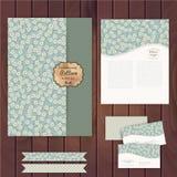 Διανυσματικό σύνολο floral εκλεκτής ποιότητας γαμήλιων καρτών στην ξύλινη σύσταση, invi Στοκ φωτογραφία με δικαίωμα ελεύθερης χρήσης