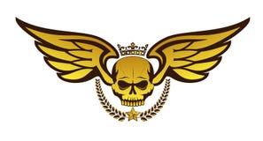 Διανυσματικό χρυσό δερματοστιξία ή λογότυπο με το στεμμένο κρανίο, φτερά, στεφάνι δαφνών η ανασκόπηση απομόνωσε το λευκό Στοκ Εικόνες