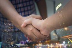 διαπραγματεύσεις και έννοια επιχειρησιακής επιτυχίας, επιχειρηματίες που τινάζουν το χέρι Στοκ εικόνες με δικαίωμα ελεύθερης χρήσης