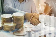 διαπραγματεύσεις και έννοια επιχειρησιακής επιτυχίας, επιχειρηματίες που τινάζουν το χ Στοκ Εικόνα