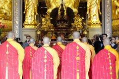 Διαπρεπής μοναχός της λαβής ναών nanputuo που ευλογεί την τελετή Στοκ Εικόνες