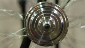 Διαρκής κίνηση της στρογγυλής κατασκευής χάλυβα, ρόδα που περιστρέφεται, πείραμα επιστήμης