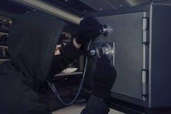 Διαρρήκτης με τον υπόγειο θάλαμο και το στηθοσκόπιο τραπεζών Στοκ εικόνες με δικαίωμα ελεύθερης χρήσης