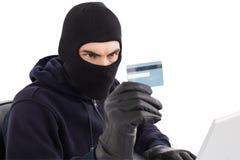 Διαρρήκτης που χρησιμοποιεί την πιστωτική κάρτα και το lap-top Στοκ Εικόνες