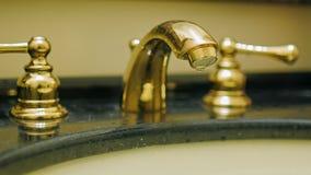 Διαρροή νερού Από τη βρύση στις πτώσεις σταλάγματος λουτρών του κρύου νερού απόθεμα βίντεο