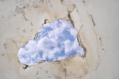 Διαρροή νερού στο ανώτατο όριο που προκαλεί τα κεραμίδια ζημίας, ουρανός Στοκ φωτογραφία με δικαίωμα ελεύθερης χρήσης