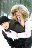 διασκέδαση ζευγών που έχει τις χειμερινές νεολαίες πάρκων Στοκ Εικόνα