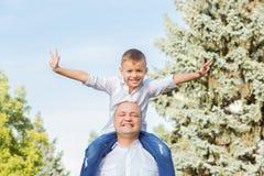 διασκέδαση μπαμπάδων που έ& οικογένεια ευτυχής στοκ εικόνες με δικαίωμα ελεύθερης χρήσης