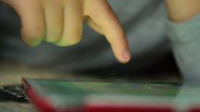 Διασκέδαση παιδιών με το παιχνίδι στο PC ταμπλετών φιλμ μικρού μήκους