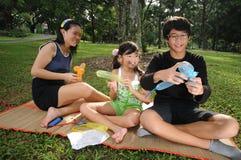 διασκέδαση παιδιών που έχει το πάρκο Στοκ φωτογραφία με δικαίωμα ελεύθερης χρήσης