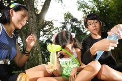 διασκέδαση παιδιών που έχει το πάρκο Στοκ Φωτογραφία