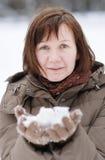 διασκέδαση που έχει τη χειμερινή γυναίκα Στοκ Εικόνες