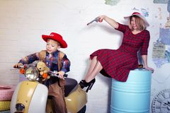 διασκέδαση που έχει το γιο μητέρων Στοκ εικόνα με δικαίωμα ελεύθερης χρήσης