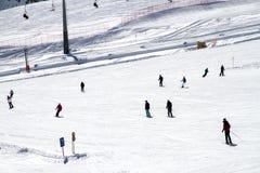Διασκέδαση σκι το χειμώνα στο piste στην Αυστρία στοκ εικόνες