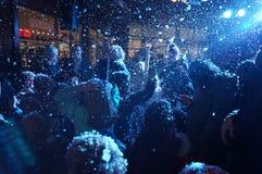 Διασκέδαση στο χιόνι κατά τη διάρκεια των Χριστουγέννων στοκ εικόνες