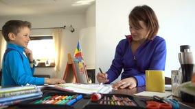 Διασκέδαση havin μητέρων και παιδιών κάνοντας τη σχολική εργασία, 4K φιλμ μικρού μήκους